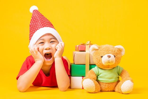 赤いサンタに身を包んだアジアの小さな男の子の笑顔クリスマスの日の概念