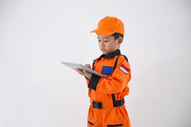 Азиатский маленький мальчик с техником, инженером или формой космонавта