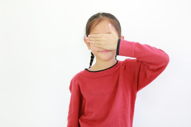 孤立した片手で目を閉じているアジアの小さな子供