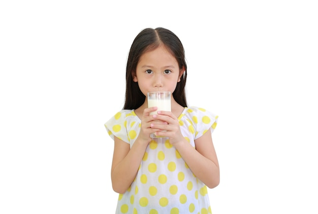 유리에서 우유를 마시는 아시아 어린 아이 소녀