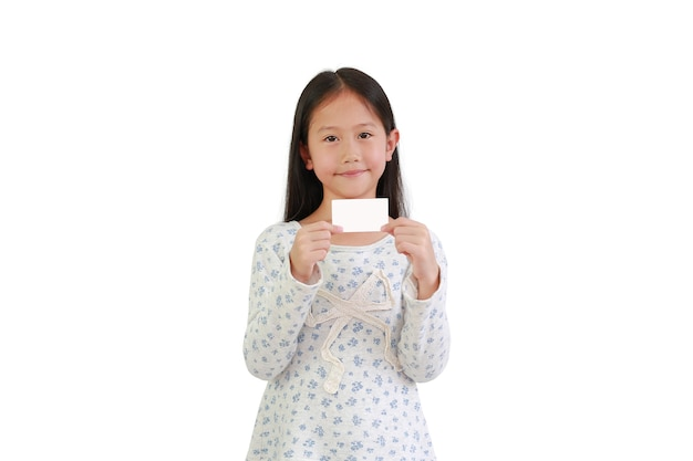 Азиатская маленькая детская девочка держит белую карточку на белом фоне