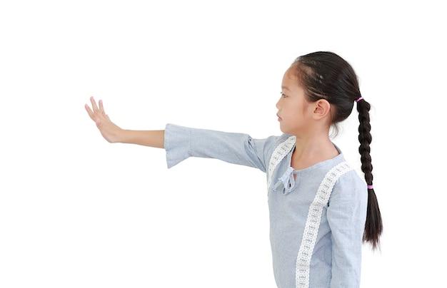 Азиатская маленькая девочка показывает жест стопа пятью пальцами и смотрит прямо рядом, изолированную на белом Premium Фотографии