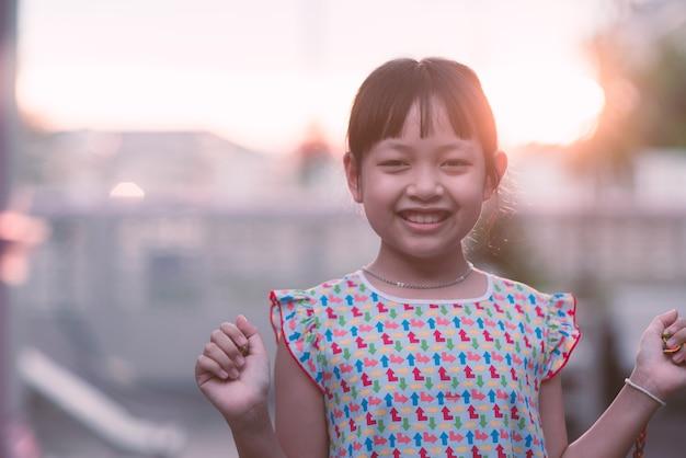 笑っているアジアの小さな子供女の子