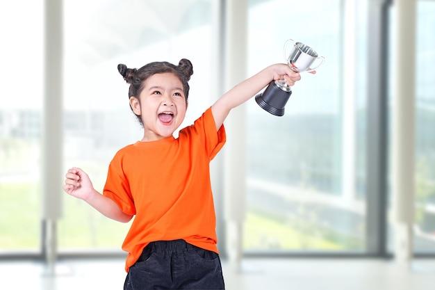トロフィーを持つアジアの小さな中国の女の子