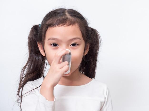 喘息吸入器を使用して6歳のアジアのかわいい女の子