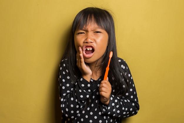彼女の歯を磨くアジアの少女