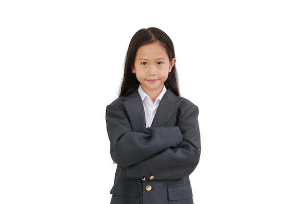 아시아 어린 소녀는 정장 셔츠를 입고, 비즈니스 정장을 입고 팔짱을 끼고 포즈를 취합니다.