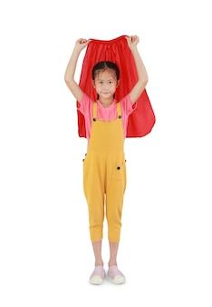 흰색 배경에 고립 된 빨간 목도리를 입고 아시아 어린 소녀 아이. 아이 플레이 슈퍼 히어로 개념. 클리핑 패스가 있는 이미지 전체 길이