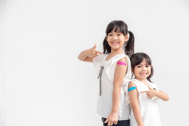 ワクチンを受けた後、アジアの少女は気分が良い。