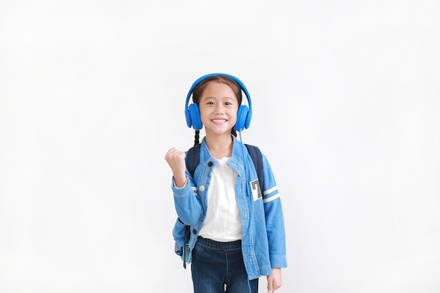 ヘッドフォンで音楽を聴くアジアの少女