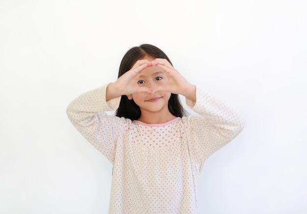 고립 된 눈에 심장 기호에 대 한 손가락을 만드는 아시아 소녀