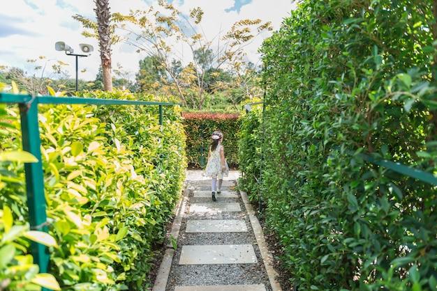 アジアの少女が庭を走る