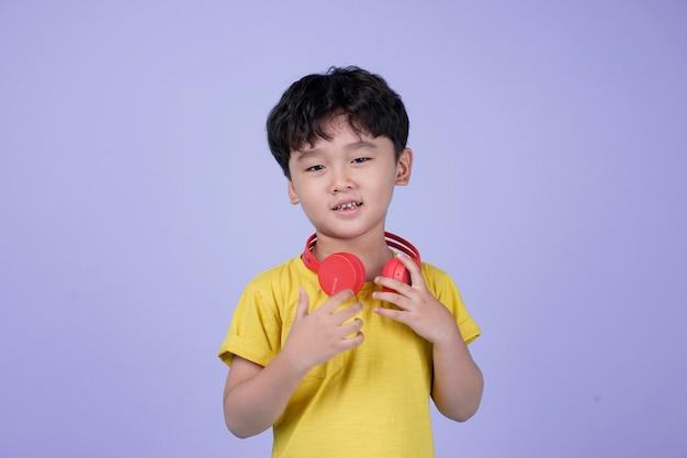 음악을 헤드폰으로 아시아 잘 생긴 귀여운 소년