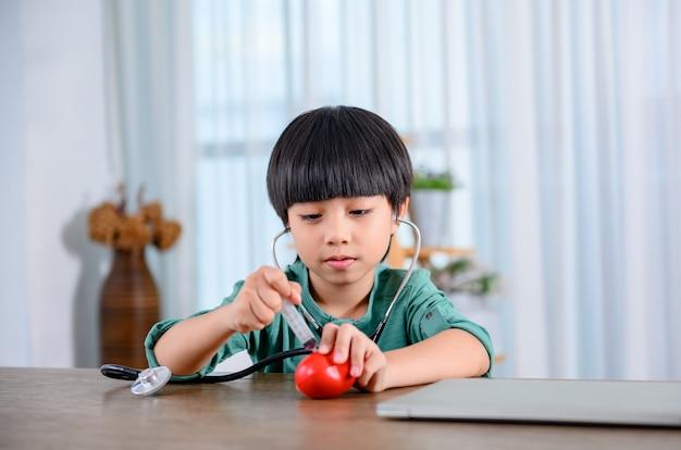 Азиатский маленький ребенок один дома и играет с куклой. сын с игрушкой как друг. одинокий мальчик несчастен.