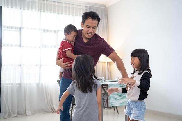アジアの小さな子供たち、おもちゃをめぐって戦う妹