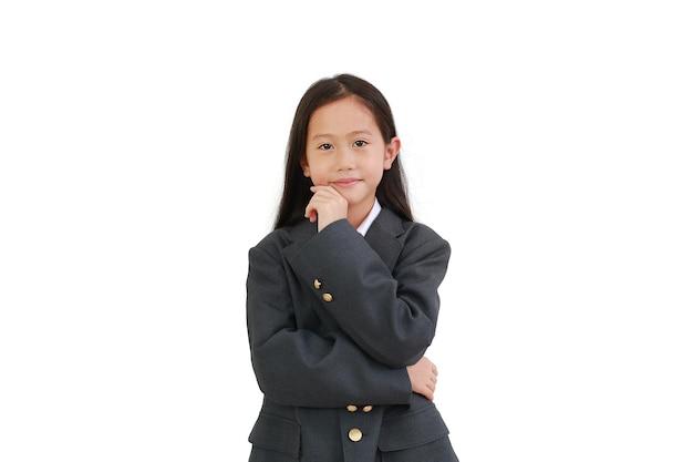 흰색 배경에 격리된 카메라를 보면서 정장을 입고 생각하고 턱을 만지는 아시아 여학생입니다. 클리핑 패스가 있는 이미지