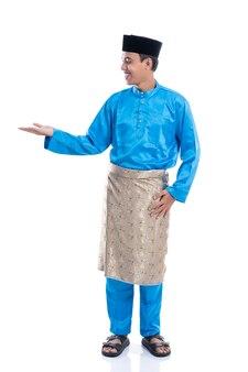 白い背景の上に提示アジアのマレーシアの男性