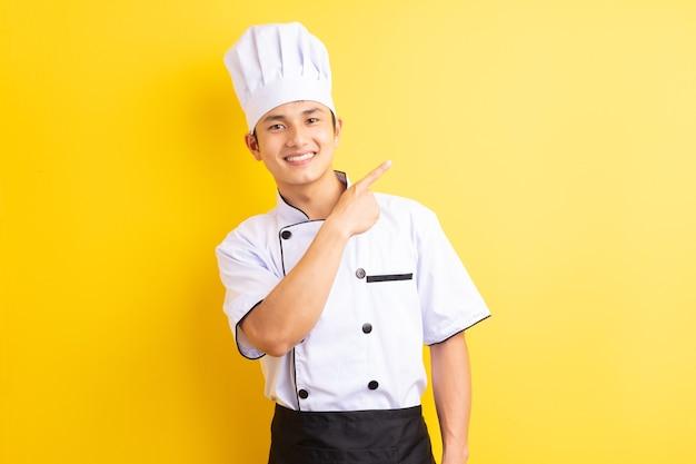 노란색에 아시아 남성 요리사