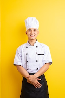Азиатский шеф-повар на желтом