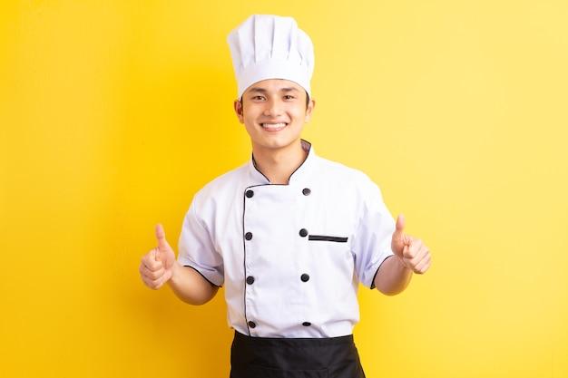 黄色のアジア人男性シェフ