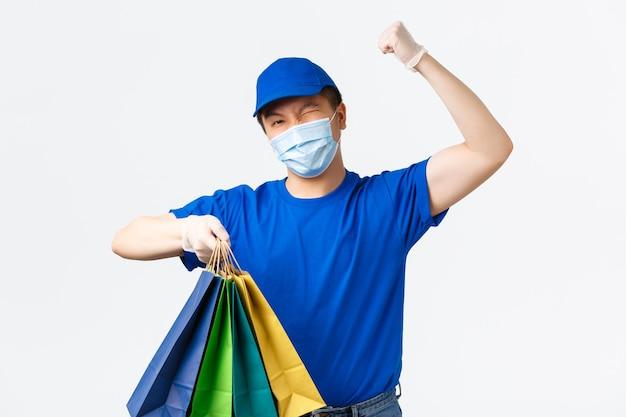 Азиатский курьер-мужчина в синей форме