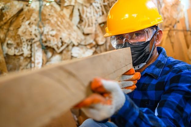 Азиатские мастера-мужчины мастера резьба по дереву в мастерской на заднем плане - резная комната для резьбы по дереву.