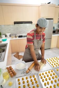 アジア人男性の自家製ケーキ