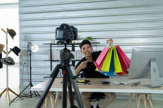 Азиатские мужчины представляют продукт на интернет-рынке
