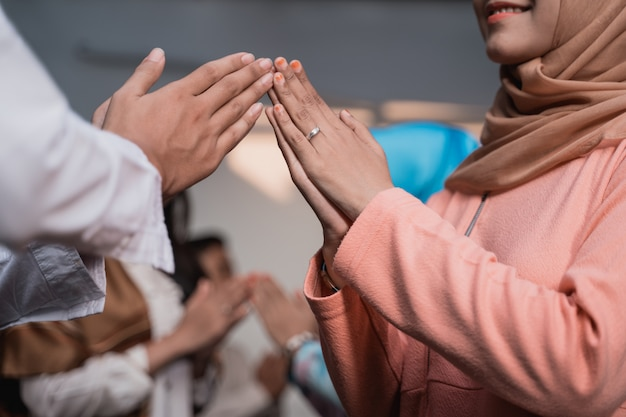 アジアの男性とヒジャーブの女性が謝罪してお互いに挨拶する