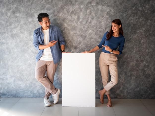アジアの男性と女性の白いバナーコピースペース