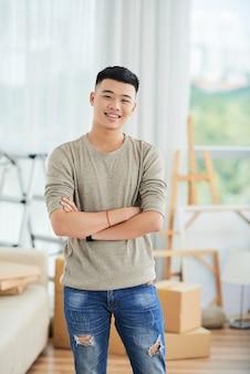 Азиатский мужчина дома