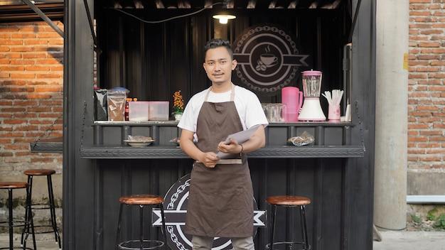 Азиатский мужчина-бариста готов открыть тематический магазин контейнеров