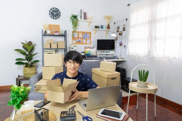 아시아 남자 사업주 또는 온라인 판매 상인