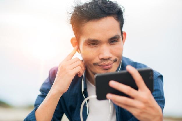 Азиатский мужчина звонит по телефону счастливым онлайн-общением