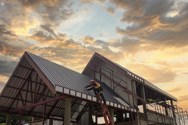 建設現場で安全ヘルメット会議を身に着けているアジア人男性土木技師建築家職場での建築工学チームワーク会議