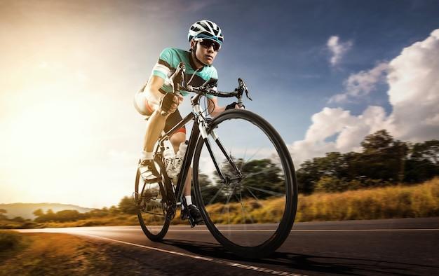 Азиатский мужчина едет на велосипеде по дороге на велосипеде утром