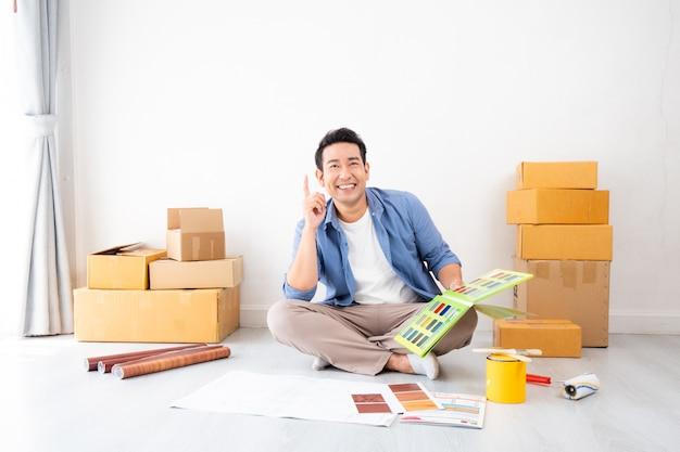 アジア人男性のデザインと家を飾ることを考えて Premium写真