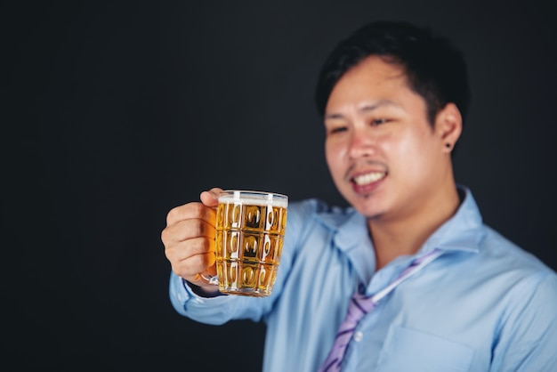 맥주 잔을 마시는 아시아 남자