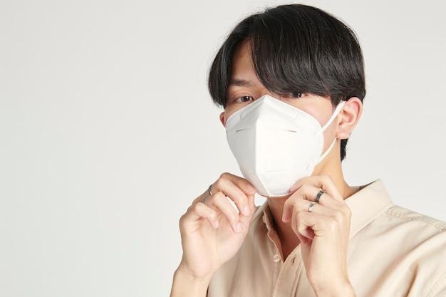 Uomo asiatico in un modello di maschera facciale