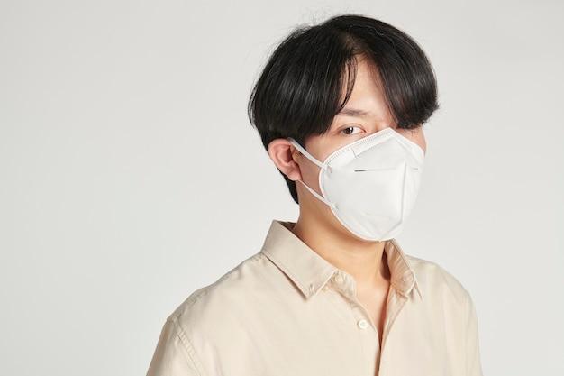 Uomo asiatico con una maschera facciale