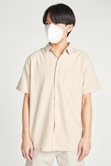 Uomo asiatico in una maschera per il viso