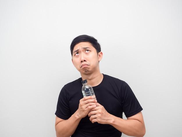 복사 공간을 찾고 있는 손에 물병을 들고 두려워하는 아시아 남자