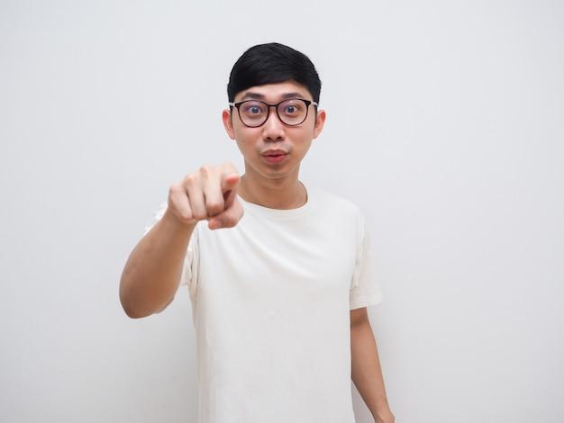 Азиатский мужчина в очках указывает пальцем на белую рубашку, я хочу, чтобы ты концепт