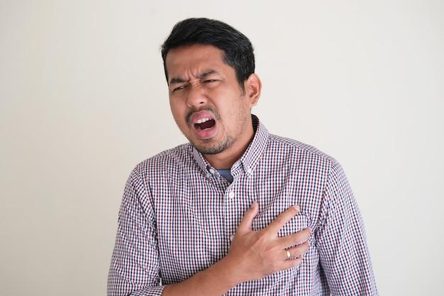 아시아 남자는 가슴 통증 표현을 얻었다