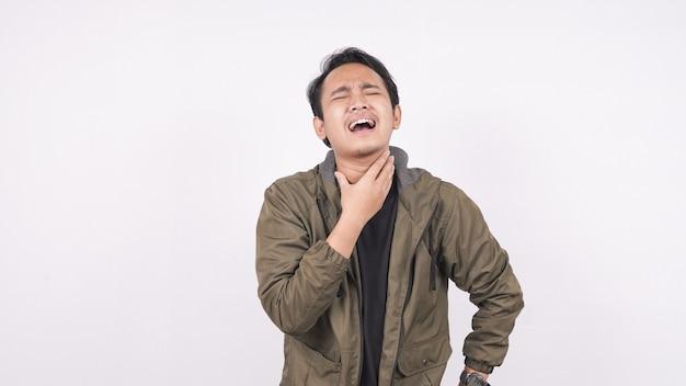 아시아 남자는 목이 아프고 흰색 공간에 목을 만집니다.