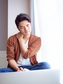 肩の痛みを抱えているアジア人男性