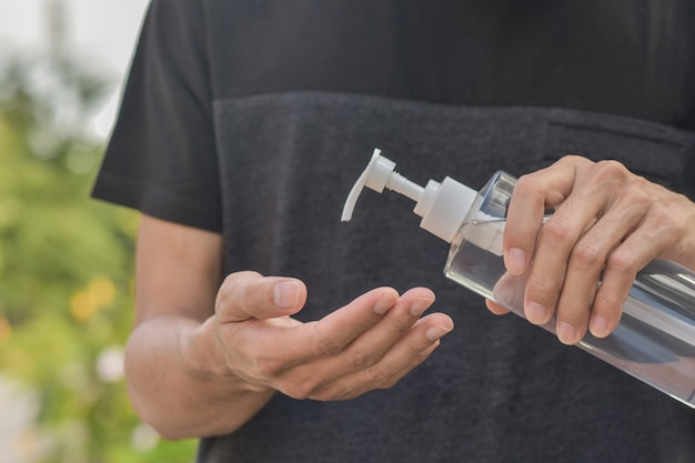アルコールゲルを保持しているアジア人男性70%の手を洗浄し、コロナウイルスまたはcovid 19を保護します。