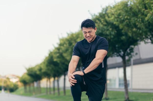 달리기와 피트니스 후 무릎 통증을 안고 있는 아시아 남성, 심한 다리 통증