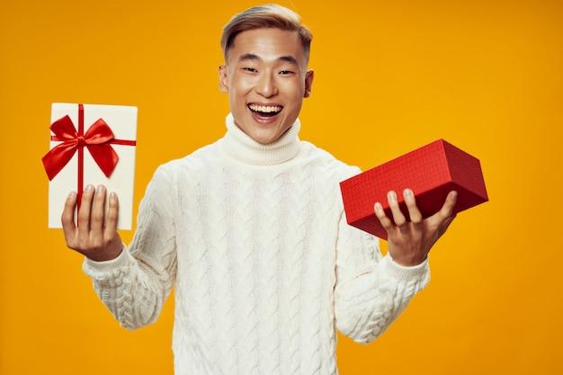 プレゼントを保持しているアジア人