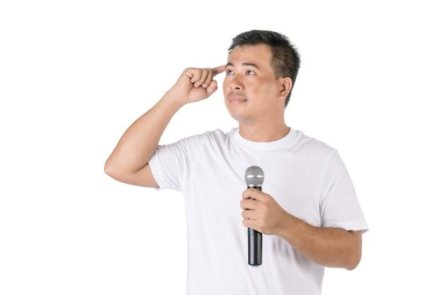 Азиатский мужчина держит беспроводной микрофон и забыл, что сказать